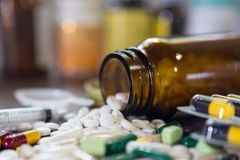 Thème de pharmacie, pilules de capsule avec l'antibiotique de médecine en paquets photographie stock libre de droits
