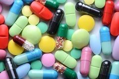 Thème de pharmacie Pilules et capsules d'isolement multicolores Images libres de droits
