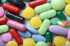 Thème de pharmacie Pilules et capsules multicolores Images stock