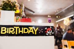 Thème de pirate - partie de décoration d'anniversaire d'enfants pour des enfants image stock