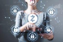 Thème de sécurité de cryptocurrency de Zcash avec la femme à l'aide d'un comprimé image stock