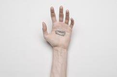 Thème de suicide et de Halloween : la main humaine jugeant la lame sur le suicide d'isolement sur le fond blanc dans la vue supér Image libre de droits