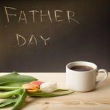 Thème du jour de père sur un tableau derrière une table en bois avec du Cu Photo libre de droits