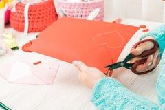 Thème du jour de Valentine Les mains femelles ont coupé le coeur hors du PAP Images libres de droits