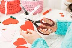 Thème du jour de Valentine Les mains femelles ont coupé le coeur hors du PAP Photos libres de droits