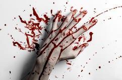 Thème ensanglanté de Halloween : la copie ensanglantée de main sur un blanc laisse le mur ensanglanté Image stock