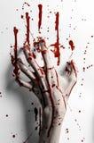 Thème ensanglanté de Halloween : la copie ensanglantée de main sur un blanc laisse le mur ensanglanté Photo stock