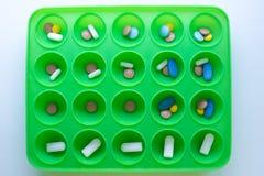 Thème médical Pilules et capsules multicolores sur la surface verte photo stock