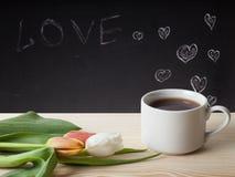 Thème romantique sur un tableau derrière une table en bois avec la tasse de Photo libre de droits
