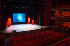 Théâtre avec un écran sur l'étape photographie stock
