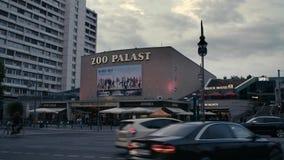 Théâtre de film/zoo célèbres Palast de cinéma avant le ciel de soirée, tir large dans 4K clips vidéos