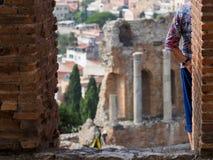 Théâtre de Taormina avec le touriste photo stock