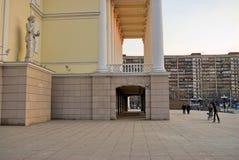 Théâtre dramatique de Tyumen au soleil de coucher du soleil Russie Photos stock