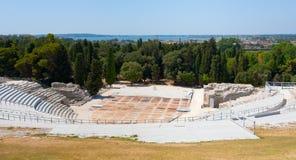 Théâtre grec antique et mer ionienne, Sicile Photographie stock