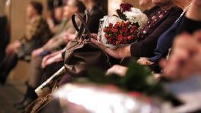 Théâtre hal - spectateurs avec des fleurs applaudissant la représentation sur l'étape clips vidéos