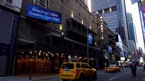 Théâtre majestueux sur Broadway jouant le fantôme des paysages urbains des Etats-Unis d'opéra banque de vidéos