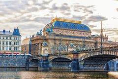 Théâtre national de Prague, vue de la rivière de Vltava photographie stock libre de droits
