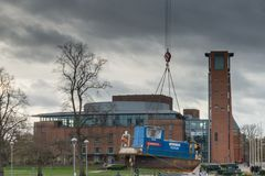 Théâtre royal de Shakespeare avec le bateau de traction subite étant abaissé dans le canal Photographie stock
