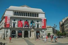 Théâtre royal sur la place occupée avec les personnes et la statue à Madrid photographie stock libre de droits