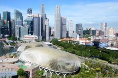 Théâtres d'esplanade sur la baie avec la ville de Singapour images libres de droits