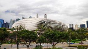 Théâtres d'esplanade sur la baie avec la ville de Singapour photographie stock libre de droits