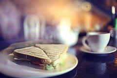 Thé à un fond brouillé par café Photo stock