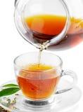 Thé étant renversé dans la cuvette de thé images libres de droits