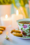 Thé anglais avec des biscuits Image libre de droits