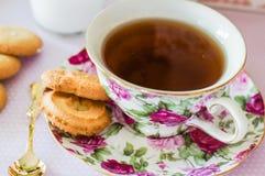 Thé anglais avec des biscuits Photographie stock libre de droits