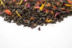 Thé aromatique, piquant, noir avec les baies sèches et fleurs Vue de côté photographie stock