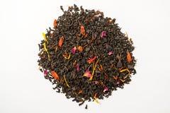Thé aromatique, piquant, noir avec les baies sèches et fleurs Vue supérieure photo libre de droits