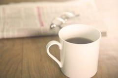 Thé au-dessus de journal photo stock