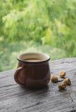 Thé au lait et des biscuits sur une surface en bois légère Image stock