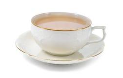 Thé au lait noir dans une tasse de porcelaine. Image stock