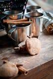 Thé avec de la cannelle et des biscuits Photographie stock