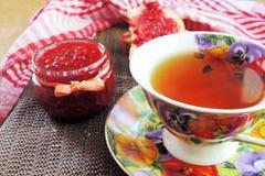 Thé avec de la confiture de framboise photographie stock