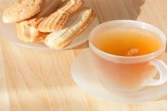 Thé avec des biscuits Images stock