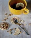 Thé avec des bonbons Images stock