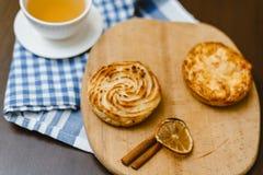 Thé avec des petits pains de fromage blanc sur un fond en bois D?jeuner d?licieux image stock