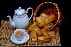 Thé avec des souffles d'isolement sur le fond noir Images stock