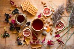 Thé avec du miel et des gaufres Photographie stock
