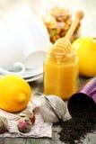 Thé avec du miel et le citron pour traiter des froids. Photos libres de droits