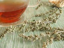 Thé avec l'armoise commune photo libre de droits
