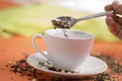 Thé avec la cuvette blanche photo stock