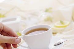 Thé avec la cuvette blanche Images stock