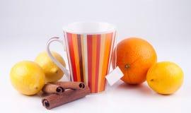 Thé avec la décoration sur le blanc Images stock
