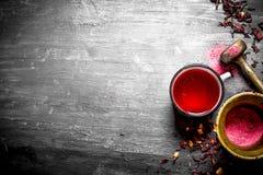Thé avec la grenade écrasée dans un mortier Photographie stock