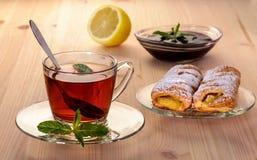Thé avec la menthe de strudel et la confiture et le citron Photo stock