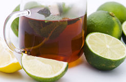 Thé avec la menthe et les limettes Photographie stock libre de droits