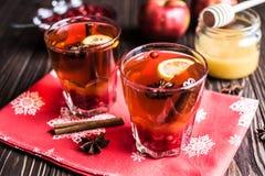 Thé avec le citron et le miel sur le fond en bois Photo stock